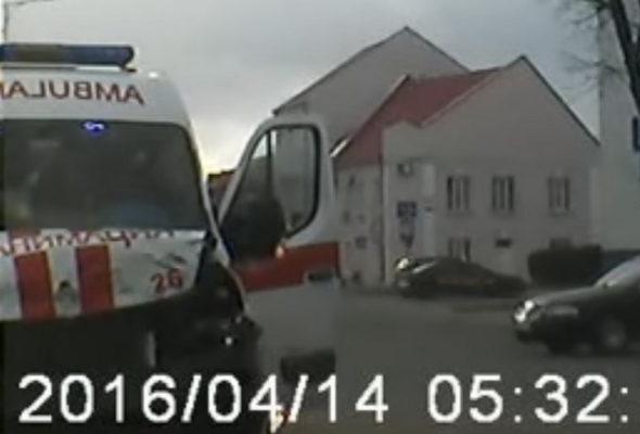 В Лиде на видеорегистратор записали, как на перекрестке скорая помощь протаранила Volkswagen