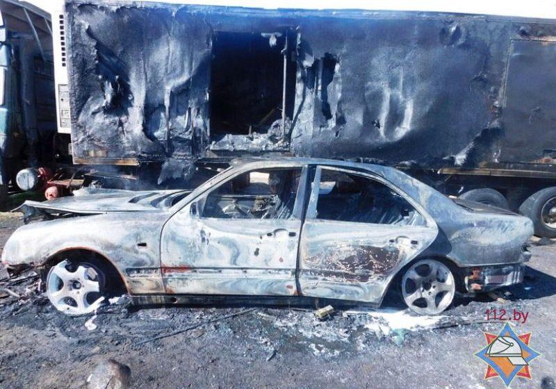 Под Ивье у фуры взорвался топливный бак – водитель в реанимации, стоявший рядом Mercedes сгорел полностью
