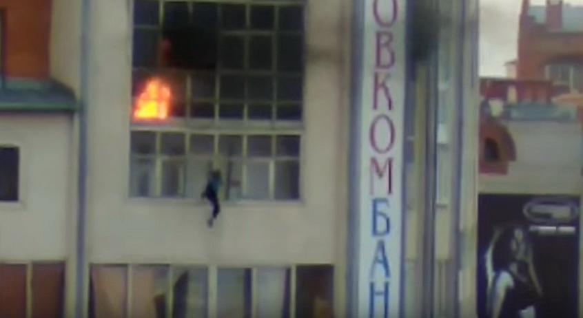 В Томске жители поймали рекламным баннером 9-летнего мальчика, спрыгнувшего с горящего балкона седьмого этажа (видео)