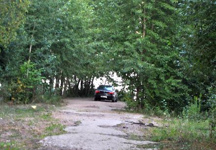 На Радоницу запретят парковать машины на обочине дороги у кладбища Русино