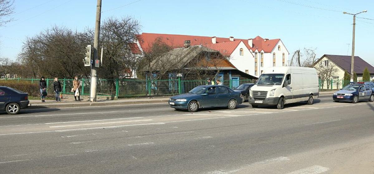 В Барановичах водитель «Фольксвагена» увидел, как мать бьет ребенка, и  въехал в «Опель»