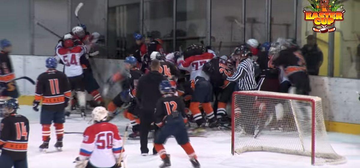 Хоккеисты-подростки «Бреста» подрались «стенка на стенку» с игроками словацкого «Кошице» и напали на судей (видео)