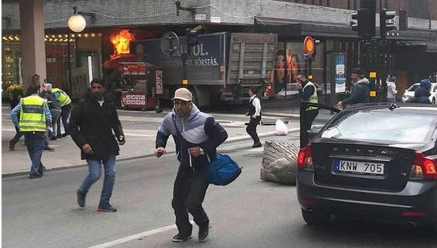 В Стокгольме грузовик въехал в толпу людей, есть пострадавшие
