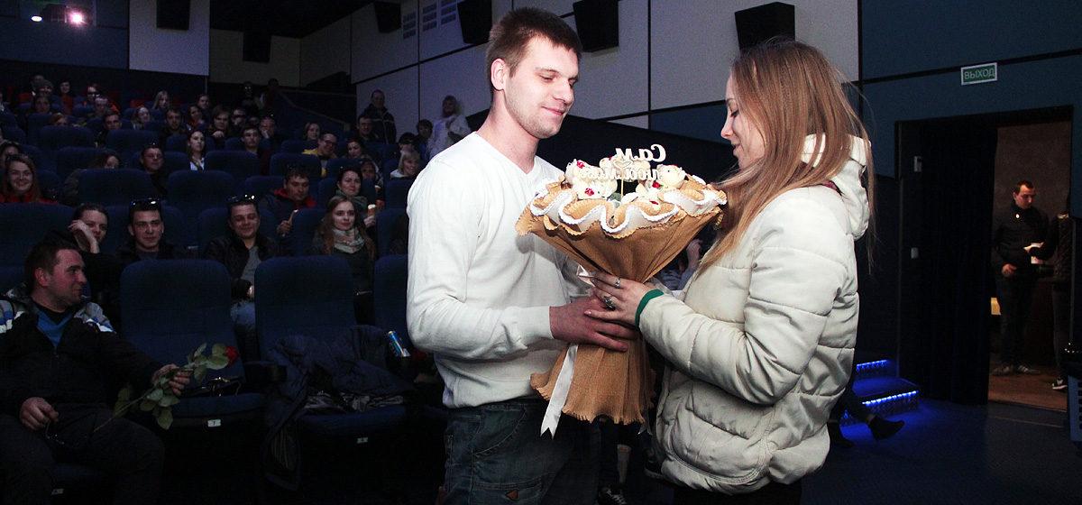 В барановичском кинотеатре «Звезда» молодой человек сделал необычное предложение руки и сердца