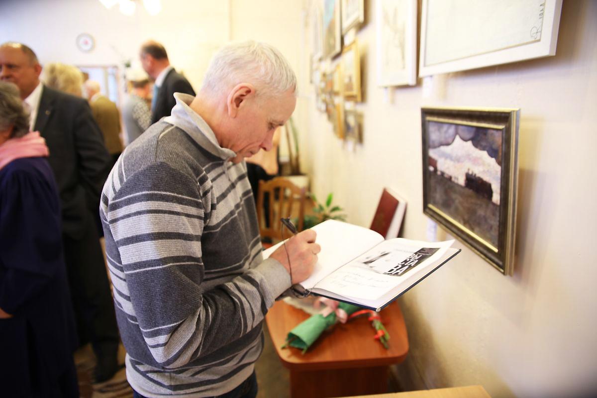 Виктор Бобылев оставил запись в специальной книге Ольги Ромейко.