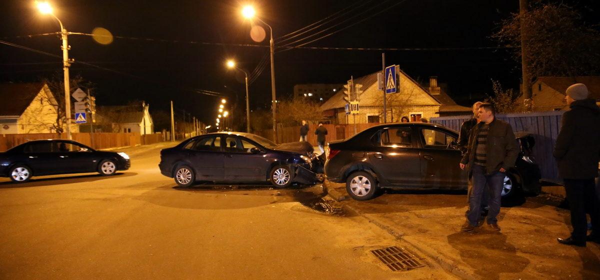 В Барановичах на перекрестке улиц Циолковского и Энтузиастов «Ситроен» столкнулся с «Рено»