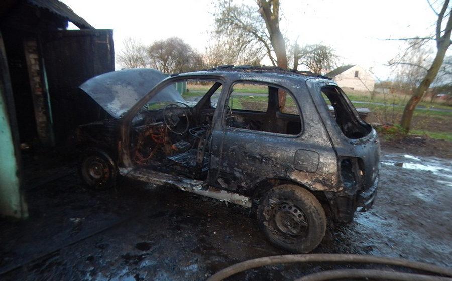 В Барановичах в гараже сгорел «Ниссан Микро»