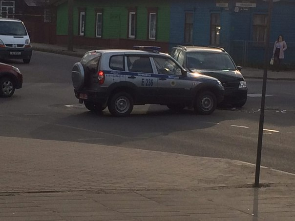 Фотофакт. В Барановичах на перекрестке Советская — Баранова произошло ДТП с участием автомобиля охраны