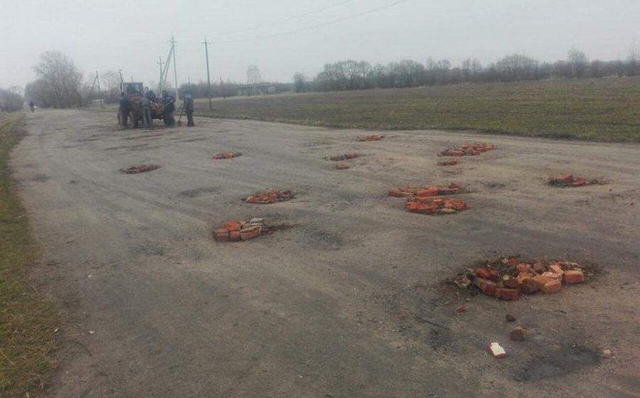 В Червенском районе дорогу отремонтировали кирпичами