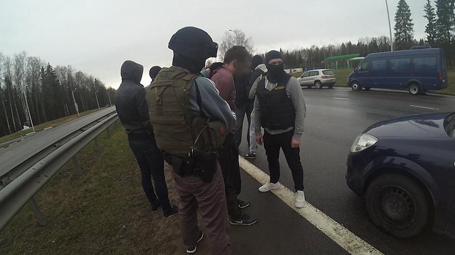 Видеофакт. В Борисовском районе наркоконтроль и бойцы СОБРа задерживали курьера с гашишем и психотропами