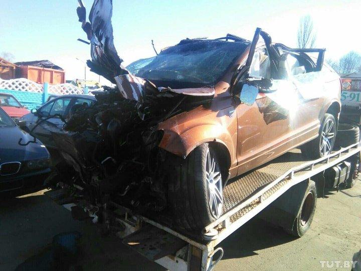 На трассе под Жлобином Audi Q7 протаранил ограждение, водитель в коме