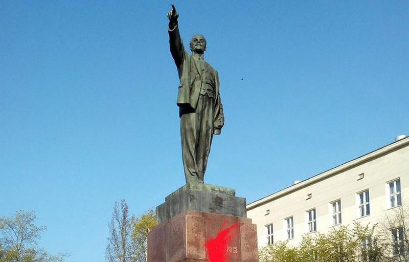 Фотофакт. В Бресте памятник Ленину облили краской