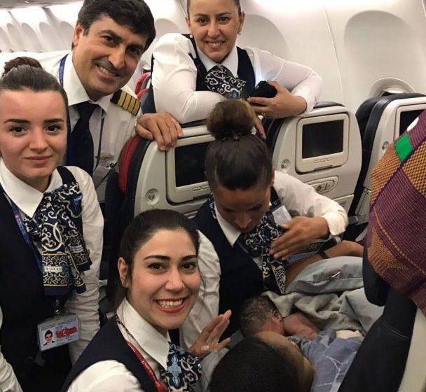Экипаж самолета принял роды на высоте 13 тысяч метров