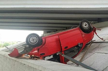 В Минске с моста упал автомобиль