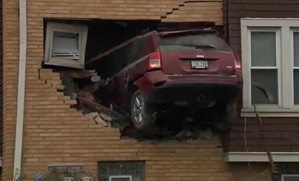 Мужчина на джипе влетел на первый этаж жилого дома