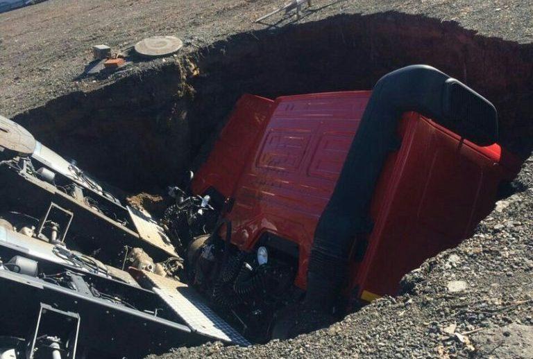 В Набережных Челнах два «КамАЗа» провалились под землю (фото, видео)