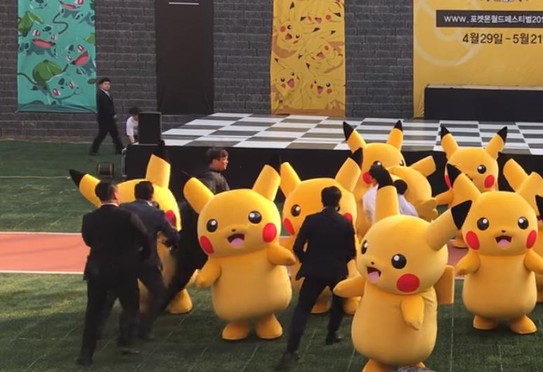 На фестивале покемонов сдулся танцующий пикачу, его выволокли со сцены (видео)