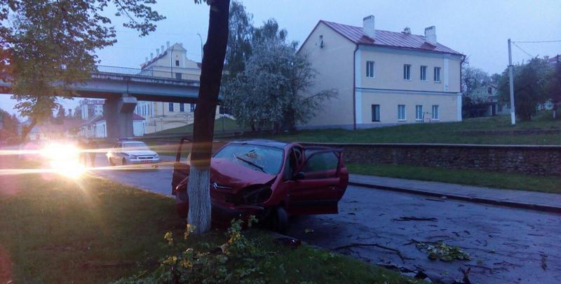 В Пинске водитель не справился с управлением, выехал на газон и врезался в дерево