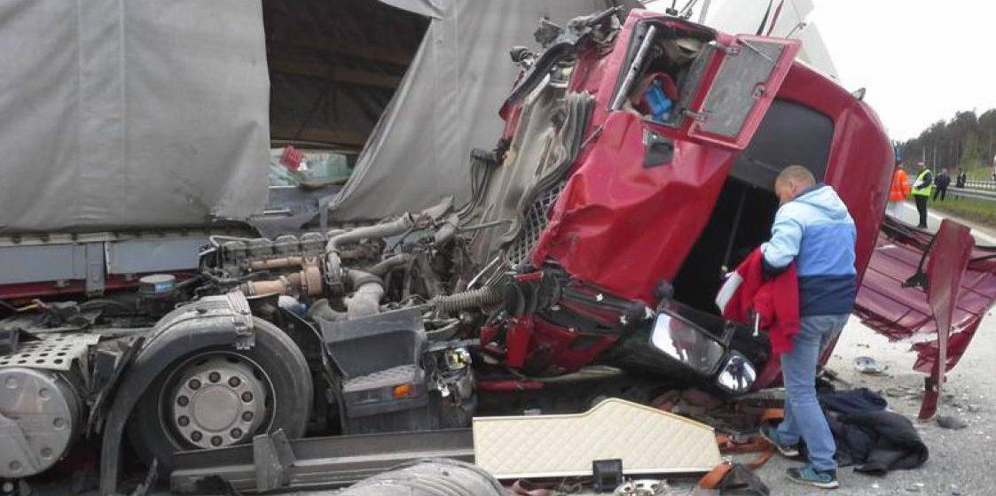 В Польше белорусский водитель фуры попал в аварию: от удара слетела кабина