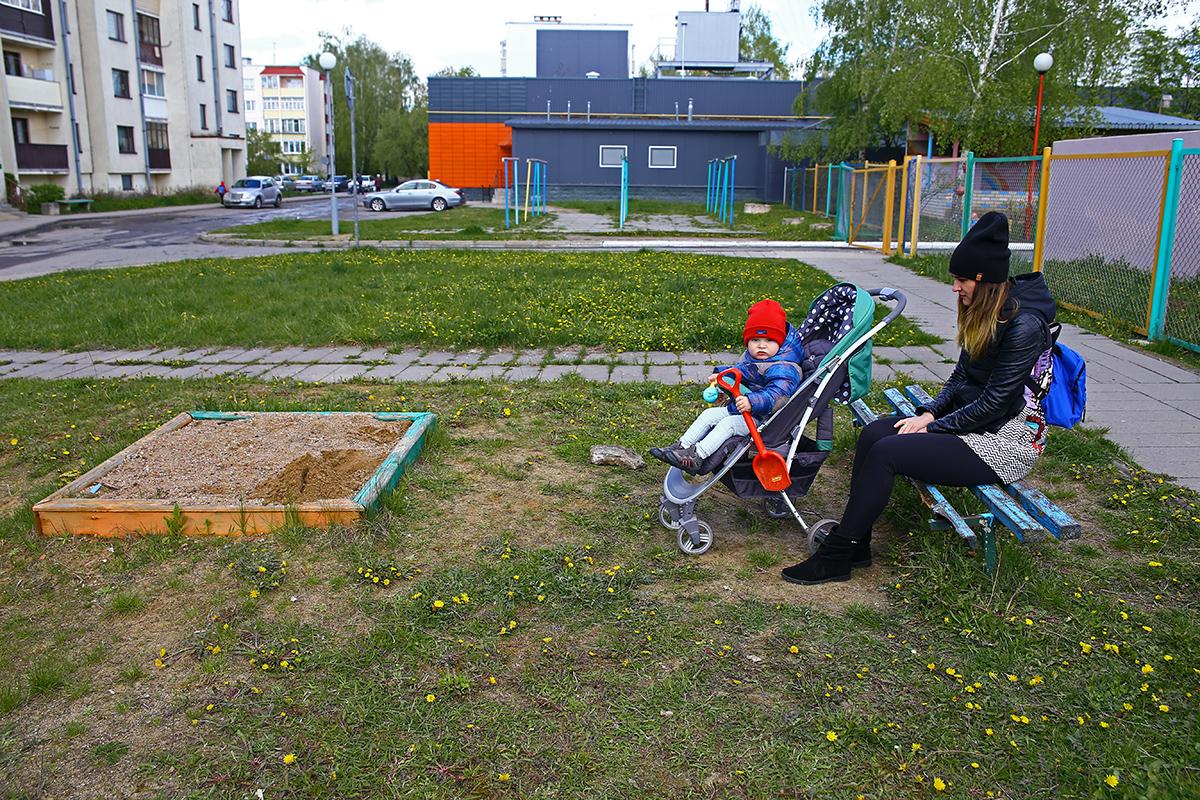 Детская площадка, расположенная около дома Тексер 1, состоит из песочницы и прогнившей лавки.