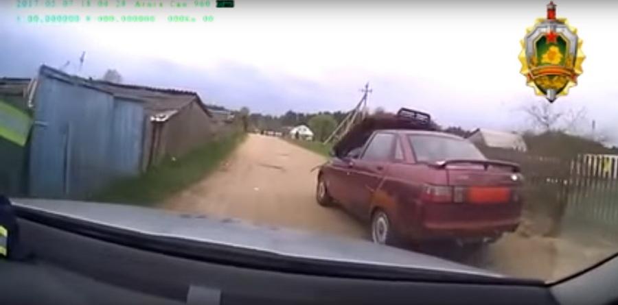 В Борисовском районе пьяный водитель на «Жигулях» с поднятым капотом пытался скрыться от ГАИ (видео)
