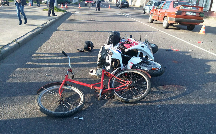 В Гомеле мотоциклист-бесправник на пешеходном переходе сбил ребенка