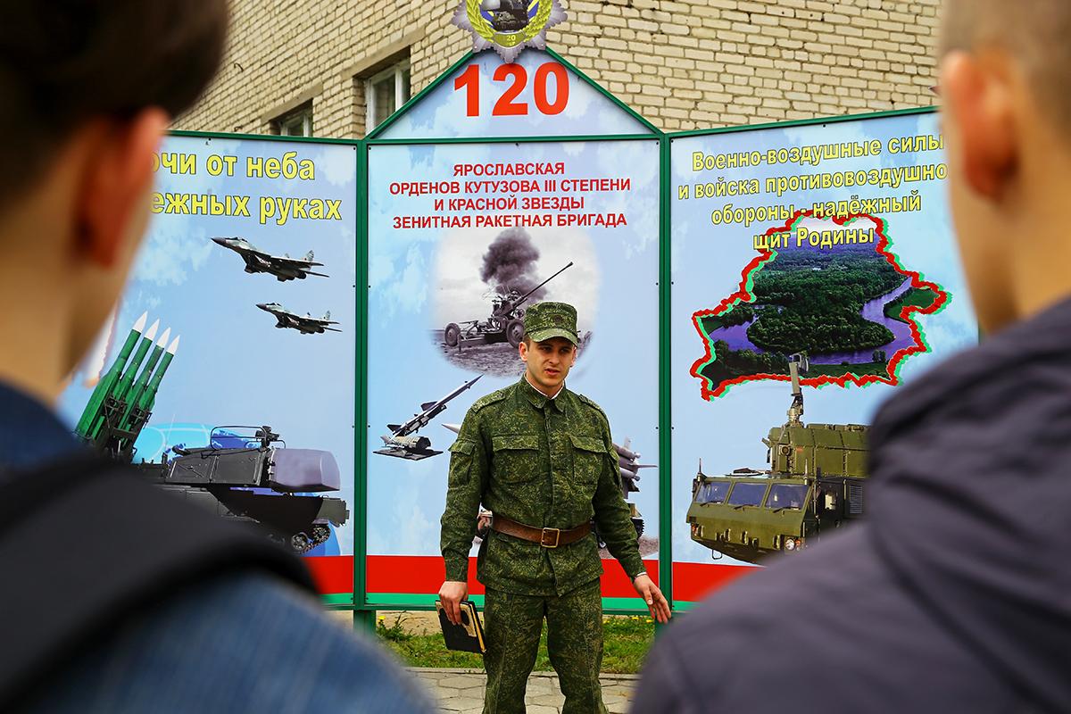 Старший помощник начальника отделения по идеологической работы лейтенант Юрий Прокорым проводит обзорную экскурсию по воинской части.