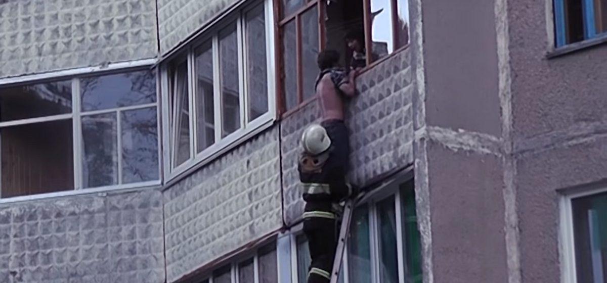 Светлогорские спасатели сняли с балкона третьего этажа висящего на руках пьяного мужчину, звавшего на помощь по-английски (видео)