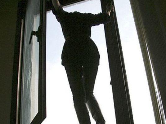 В Гомеле 39-летняя женщина выпала из окна девятиэтажки и погибла
