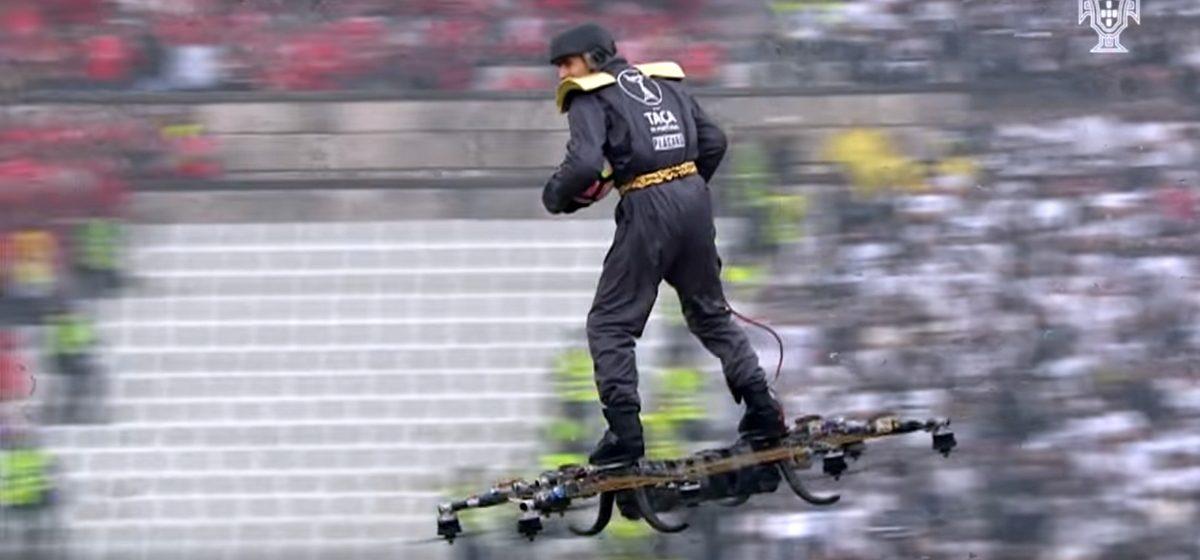 В Португалии мужчина облетел на дроне стадион и доставил мяч арбитру (видео)