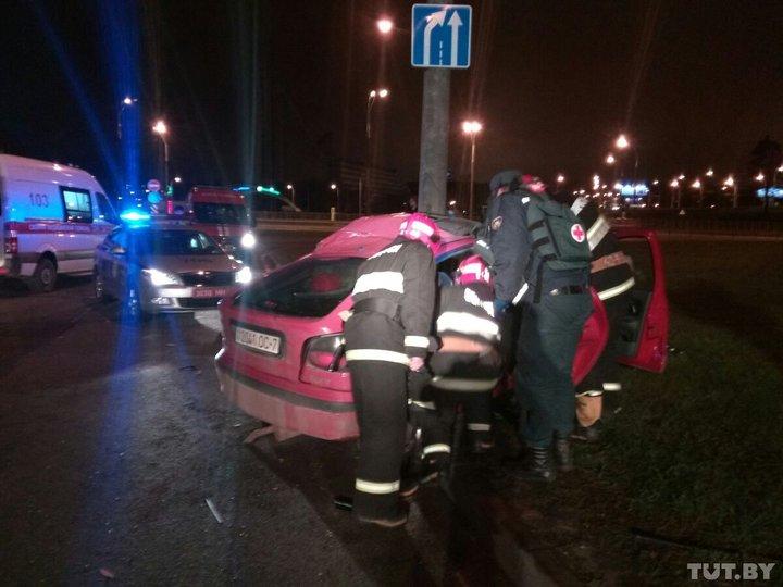 В Минске Renault, пытаясь скрыться от ГАИ, врезался в столб – из машины достали парня, девушку и ежика