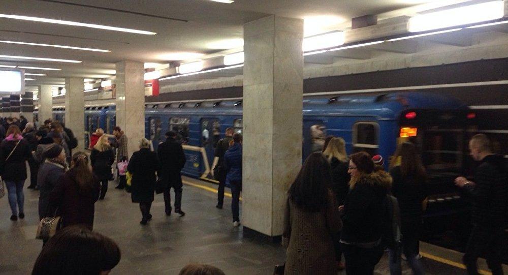 Минчанин спрыгнул на железнодорожные пути и больше 15 минут бегал по тоннелю столичного метро