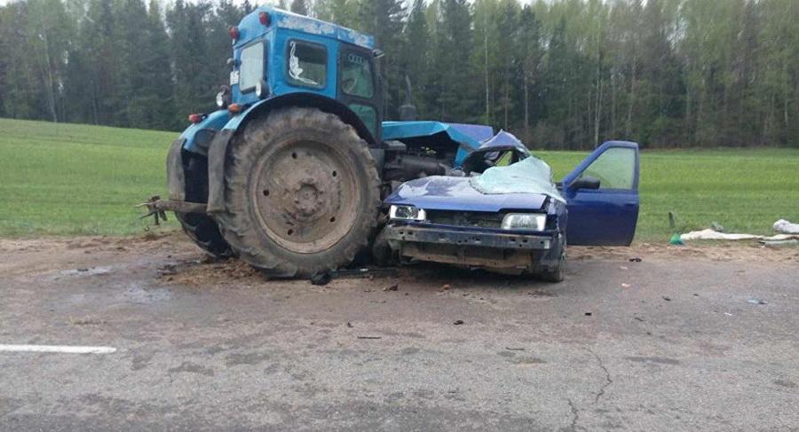 В Ошмянском районе Nissan врезался в трактор, погибла женщина