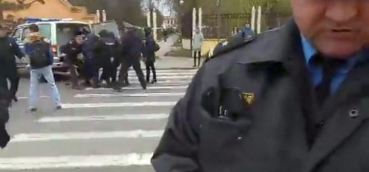 Видео задержания Черноуса и других активистов после акции «белых листов» в Барановичах