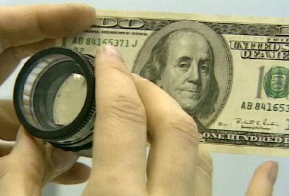 Жительница Барановичей пыталась обменять фальшивые $100, переделанные из $20