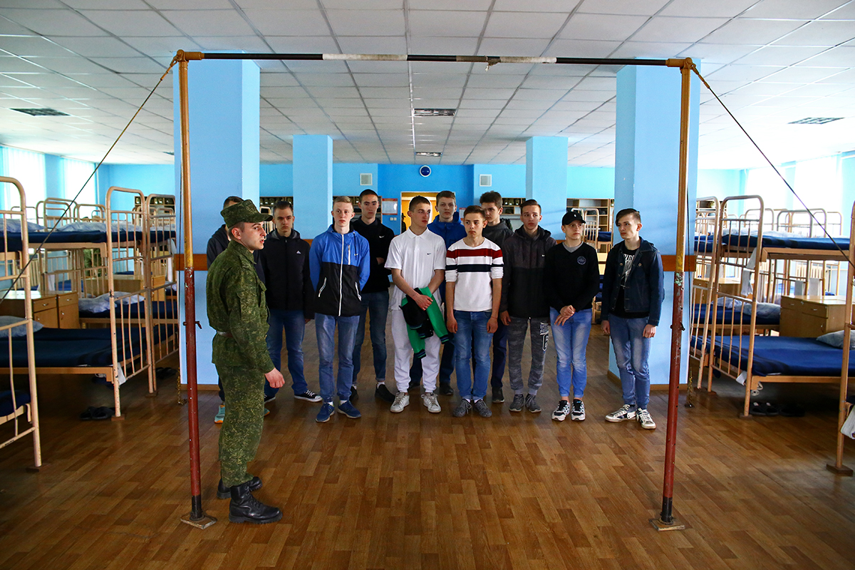 Учащимся технологического колледжа показывают казармы.