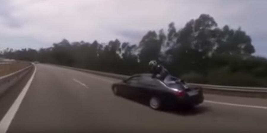 В Португалии байкер в результате ДТП приземлился на крышу авто (видео)