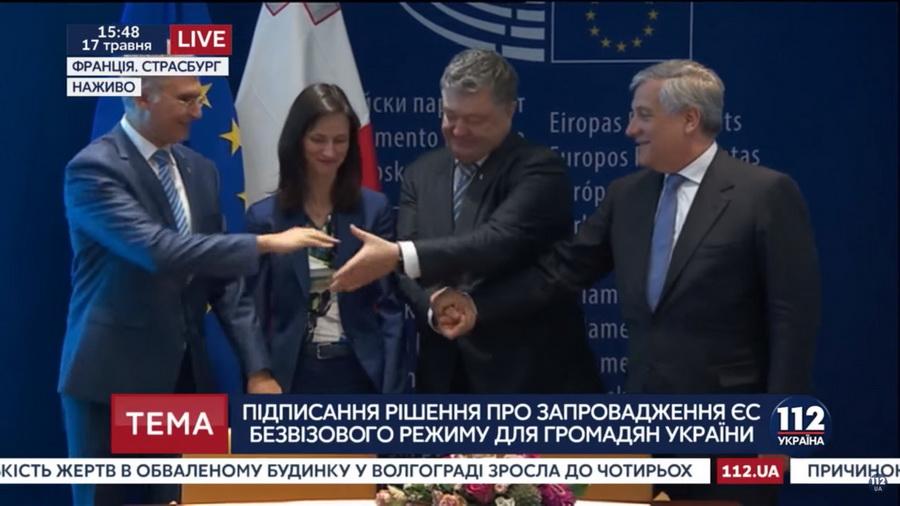 Безудержная радость Порошенко во время подписания безвиза попала на камеру
