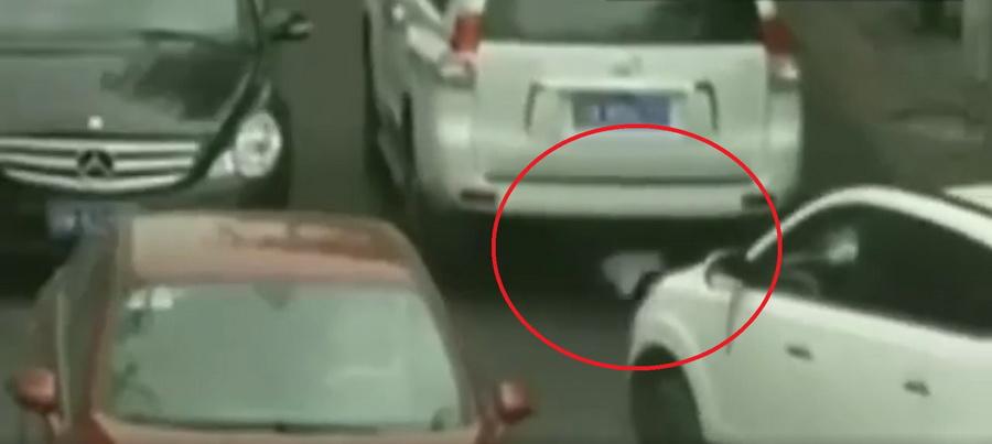 В Китае камера видеонаблюдения сняла, как маленькая девочка выжила после наезда двух автомобилей