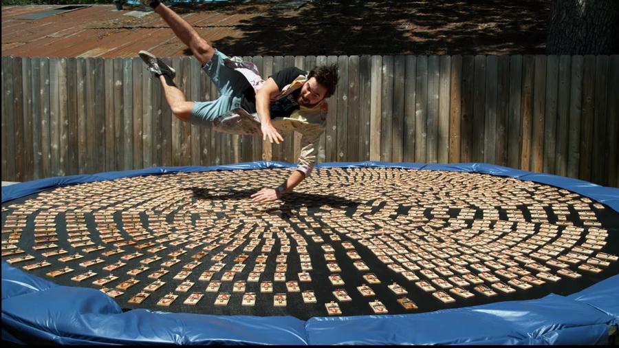 В сети набирает популярность видео, как британец прыгнул на батут, на котором лежала тысяча заряженных мышеловок