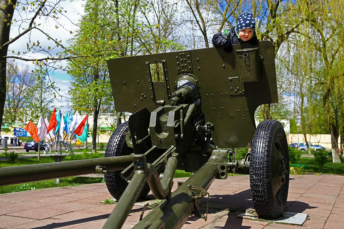 Из-за отсутствия детских площадок в микрорайоне Тексер дети играют на памятнике «Воинам-артиллеристам».