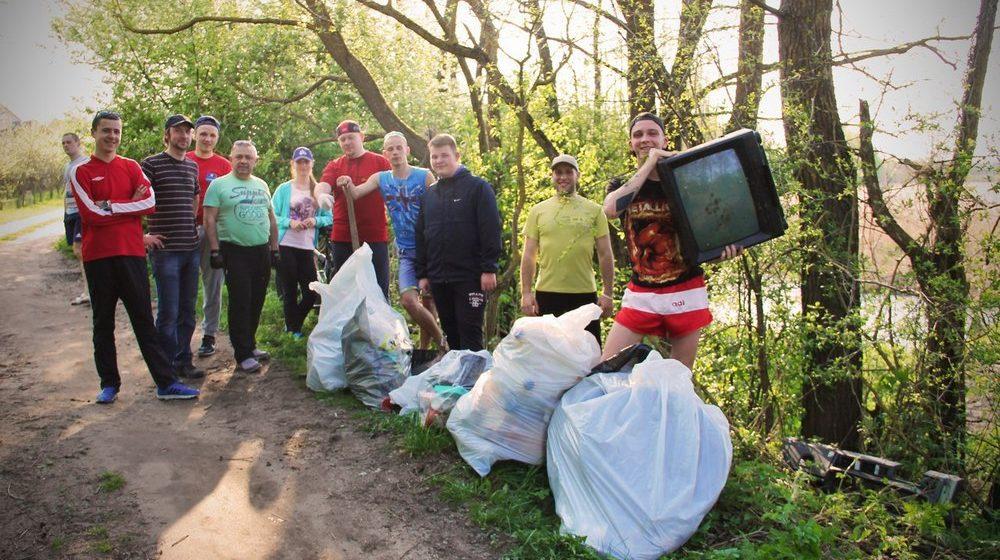 Барановичские велосипедисты очистили от мусора берега Мышанки