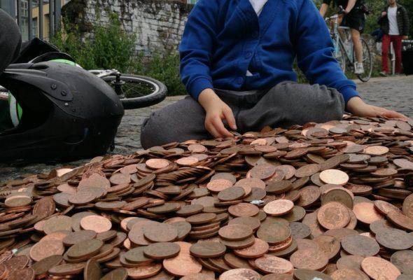 Фотограф ради эксперимента оставила на лондонском тротуаре гору монет