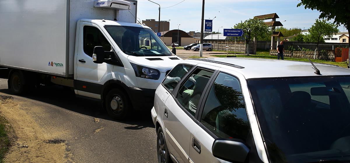 В Барановичах из-за водителя, который остановился спросить дорогу, столкнулись две машины