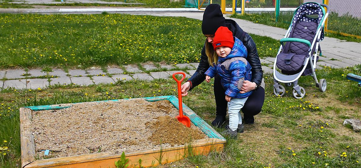 В Барановичах жители микрорайона Тексер жалуются на отсутствие благоустроенных детских площадок