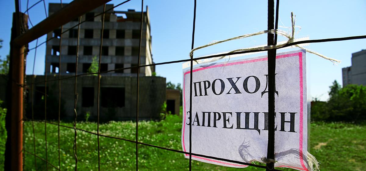 В Барановичах начался снос «долгостроя», откуда упали несколько человек