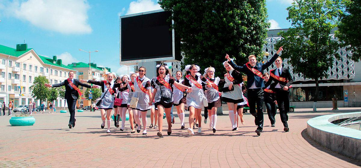 Фоторепортаж. Барановичские выпускники на улицах города