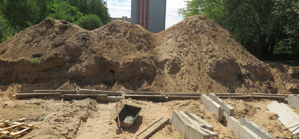 Жители Южного микрорайона просят огородить яму, выкопанную около жилых домов