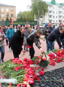 Возложение цветов к Вечному огню. Все фото: Юрий ПИВОВАРЧИК