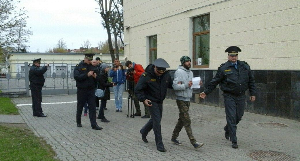 В центре Барановичей милиция задержала активиста с чистым листом бумаги